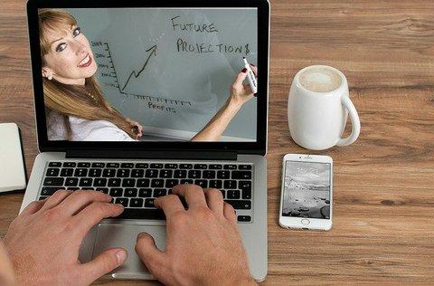 computer met een vrouw voor een online cursus maken